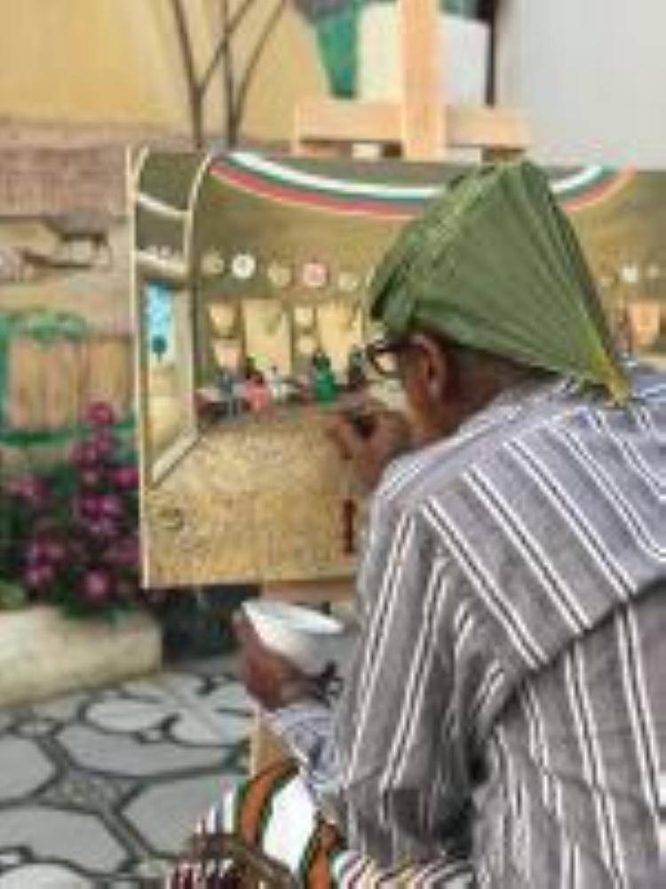 الفنان قالب الدلح يرسم احد لوحاته الاثرية