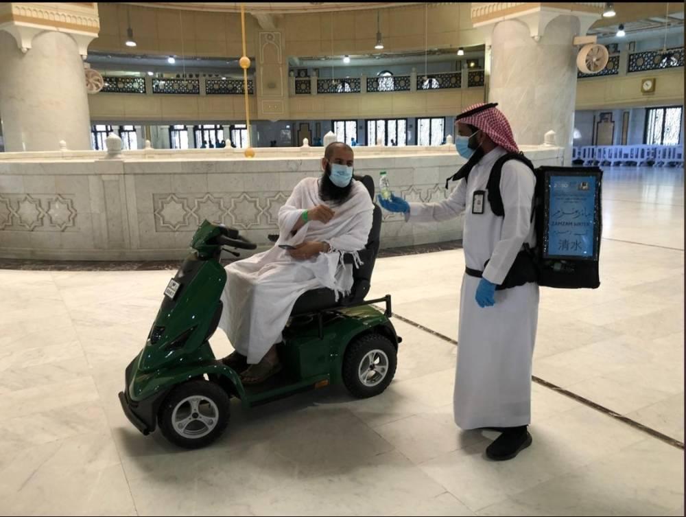 معتمر من ذوي الإعاقة بالحرم   (تصوير: عبدالإله بن عبيد)