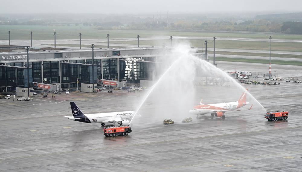من مراسم افتتاح المطار الجديد