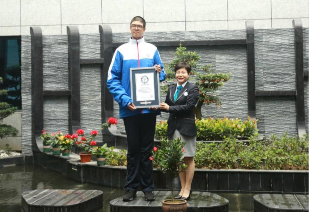 مراهق صيني أطول رجل في العالم