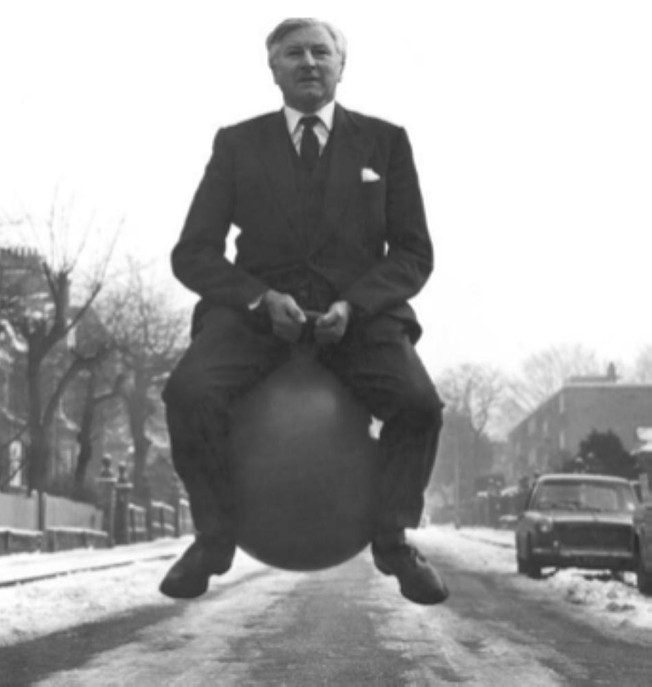 رجل مهندم على كرة نطاطة حوالي عام 1970