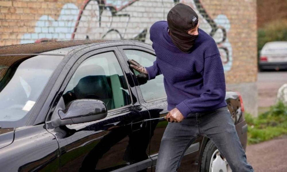سارق سيارة يهدد بالإبلاغ عن طفل تركته أمه في السيارة