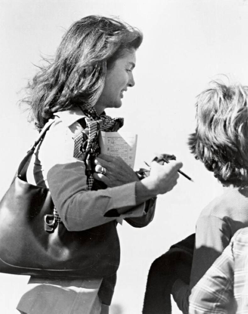 جاكلين كينيدي تحمل حقيبة jackie