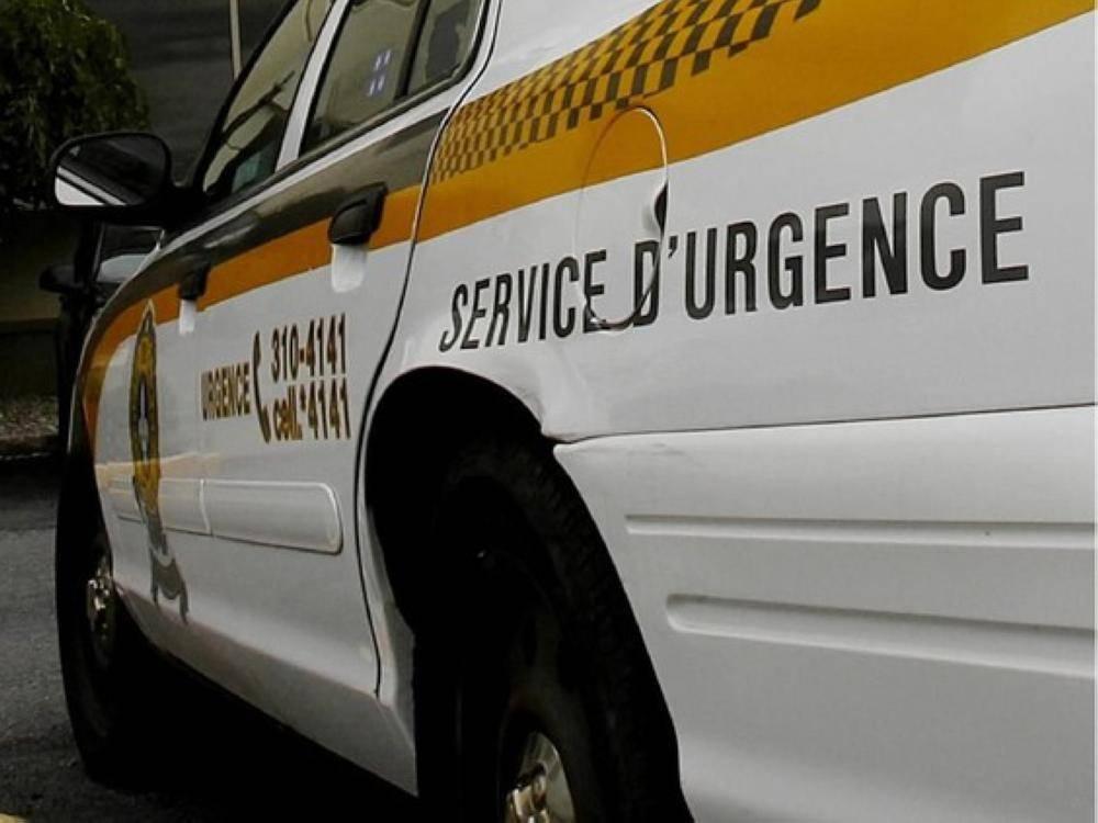 رجل يسلاق سيارة شرطة لدى توقيفه بسبب سرقته سيارة شرطة أخرى