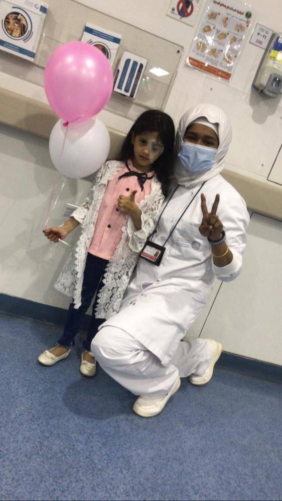 الطفلة مع الطبيبة