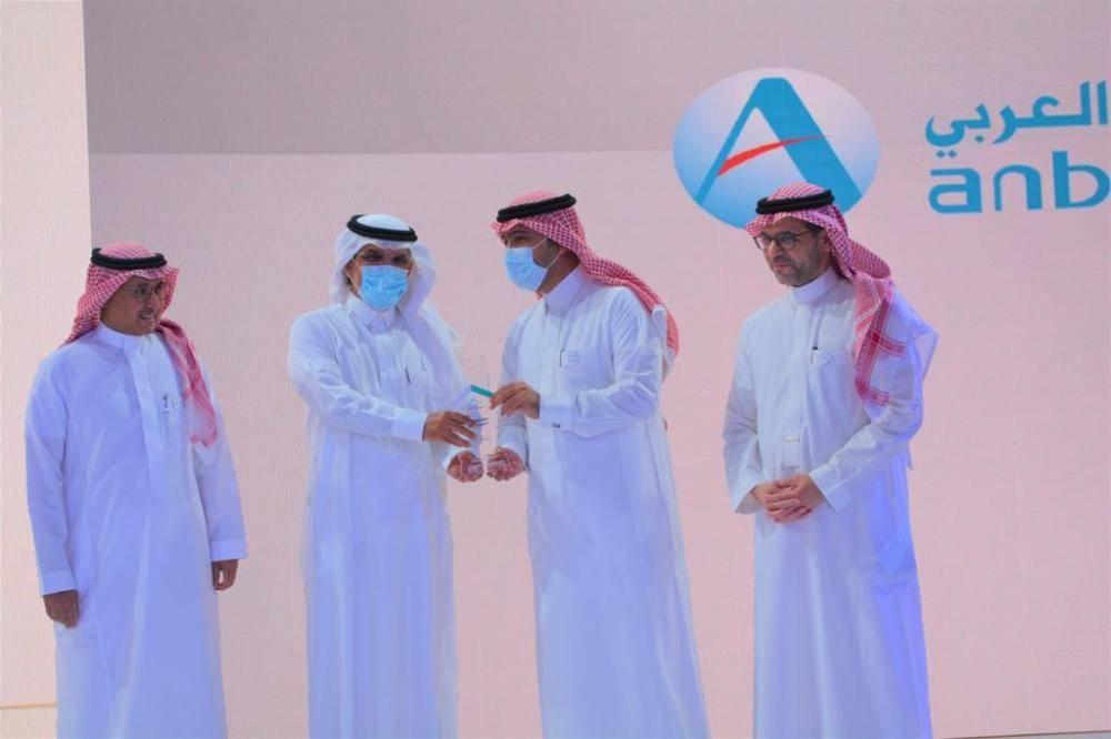 الوزير الحقيل مع الرئيس التنفيذي للبنك العربي الوطني خلال تكريمه بجائزة أفضل جهة تمويلية تطورا