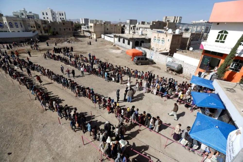 طوابير من المواطنين بانتظار حصولهم على وجبة إفطار