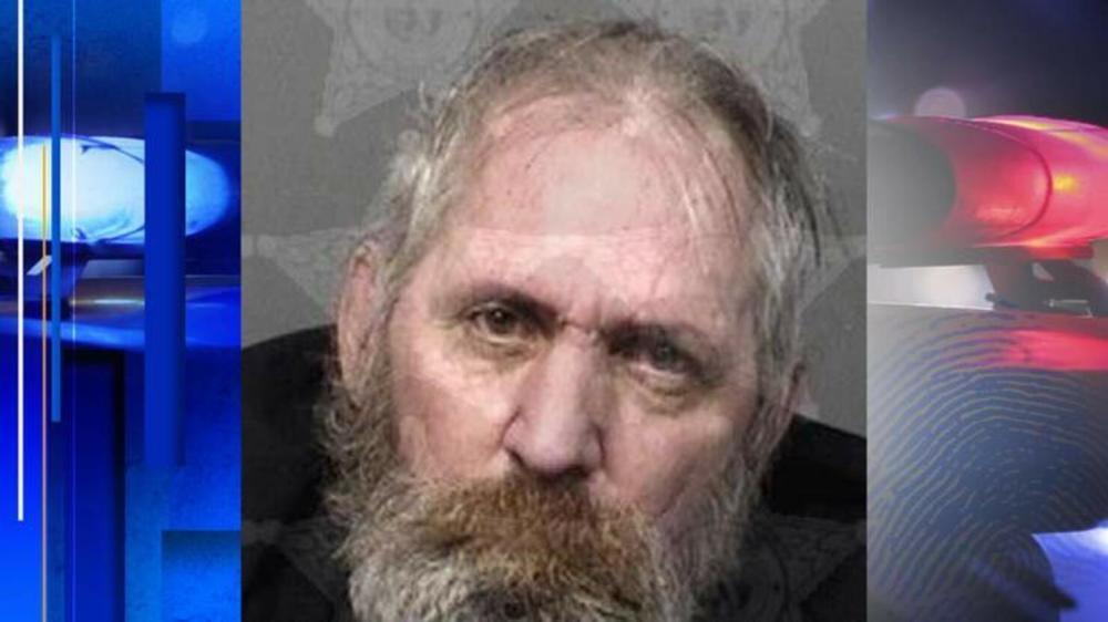 رجل يطعن زميله بسبب خلاف على ريموت التلفزيون