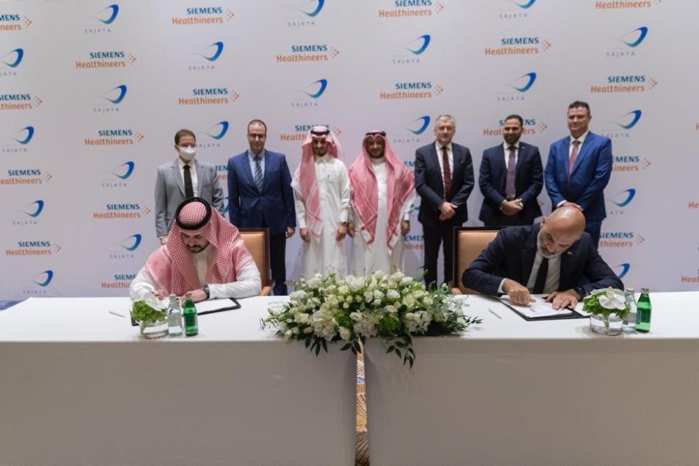 من اليمين الى اليسار، ميشيل عطالله - الرئيس التنفيذي لشرك سيمنس الطبية ( هيلثينيرز) عبدالعزيز الماجد - الرئيس التنفيذي لشركة سجايا لخدمات الرعاية الطبية