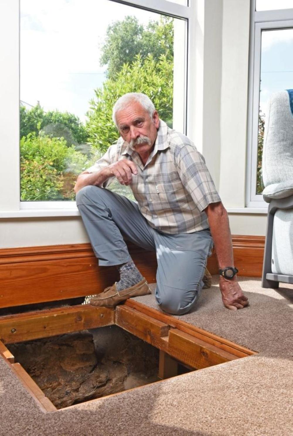 رجل يجد بئر فيه سيف تحت غرفة الجلوس