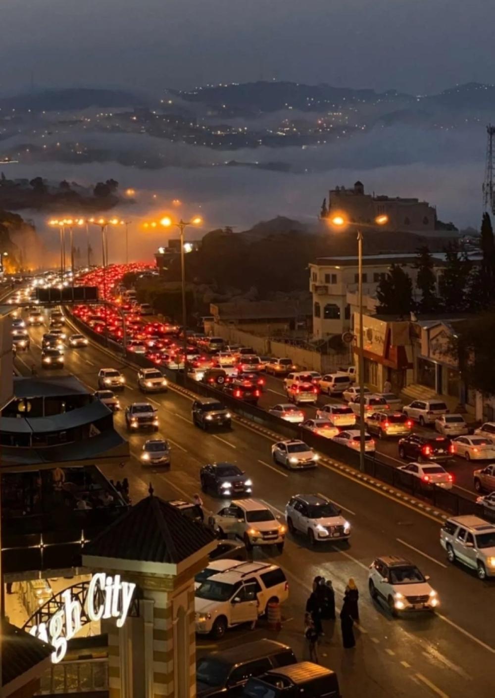 صورة متداولة على مواقع التواصل لزحام السيارات في الحزام الدائري بأبها خلال أوقات المساء
