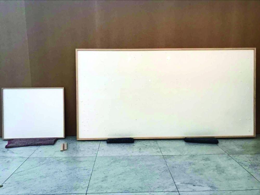 متحف يدفع لرسام الاف الدولارات مقابل لوحات فارغة