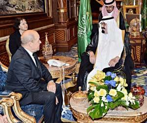 الملك يستعرض مع وزير الدفاع الفرنسي الموضوعات ذات