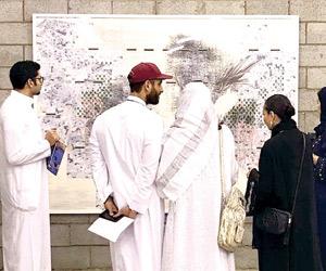 معرض تدفق في مجرى السيل يجمع 37 فنانا وفنانة