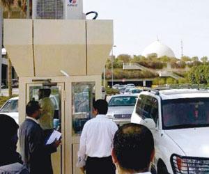موظفو مطار الملك فهد يرفضون دفع