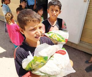 نصرة الأشقاء تواصل توزيع الخبز في الداخل السوري ول