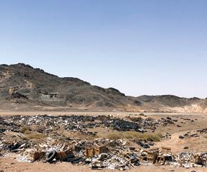 النفايات والمخلفات تشوه طرق بيشة