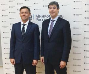 العواد يلتقي وزير الإعلام والاتصال الروسي