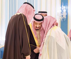 خادم الحرمين يستقبل الأمراء والمفتي وجمعا من الموا