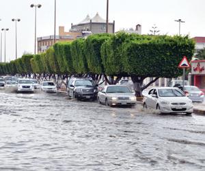 80 موقعا لتجمع المياه بخميس مشيط والبلدية تتلقى 25