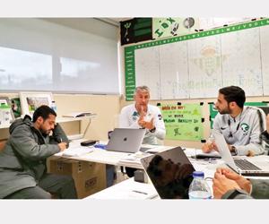 الجهاز الفني لأخضر تحت 20 عاما يجتمع بمدرب بيتيس