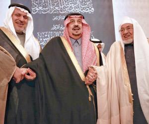 أمير الرياض يكرم زياد الدريس