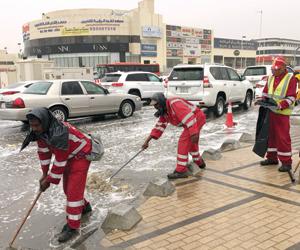 شركات ومؤسسات تخرج موظفيها مبكرا للاستمتاع بأمطار