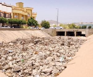مخلفات البناء تغلق تصريف السيول بردف الطائف - جريدة الوطن