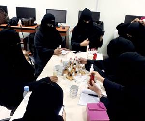 تدريب 20 فتاة على صناعة العطور بغرفة أبها