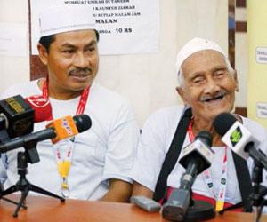 الماليزي جد الأربعين حفيدا يؤدي الفريضة