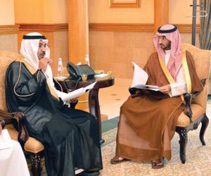 عبدالله بن بندر يطلع  على تقرير هيئة الاتصالات