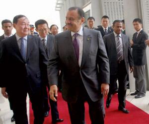 خالد بن سلطان يؤكد على تعزيز العلاقات السعودية الص