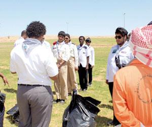 25 كشافا ينظفون حدائق ومساجد الجوف
