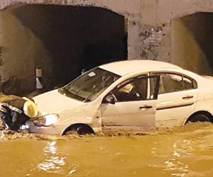 وفاة شخص واحتجاز مركبات وماسات كهربائية بأمطار مكة