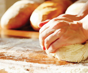 تجربة تكشف تأثر طعم الخبز بأيدي الخبازين
