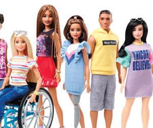 barbie تصدر دمية بكرسي متحرك