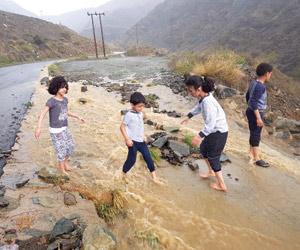 غرق شابين في أمطار عسير واستنفار وإغلاق لعقبة البا