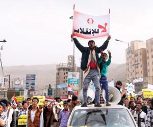 الحوثي يجمد رواتب معارضيه