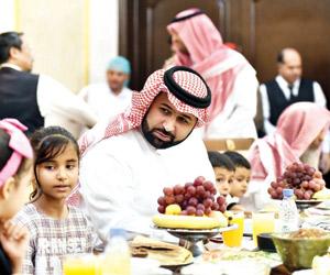 نائب أمير جازان يشارك أبناء الشهداء الإفطار