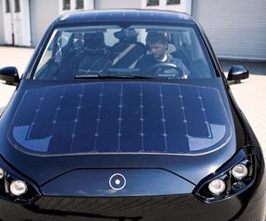 سيارة كهربائية تعمل بالطاقة الشمسية أثناء القيادة