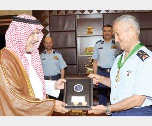 وسام الملك عبدالعزيز لقائد القوات الجوية التركية