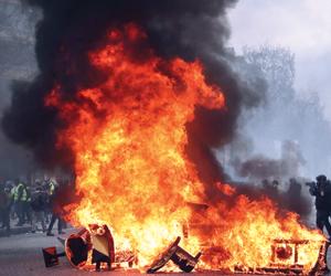 اشتباكات بين شرطة باريس وعناصر من السترات الصفراء