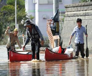 الفيضانات تجلي الآلاف في اليابان