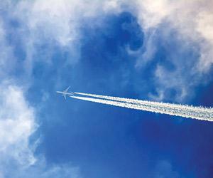 تفسير علمي للخيوط البيضاء وراء الطائرات