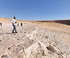 الأوساط البحثية العالمية تتفاعل مع كشف أقدام إنسان