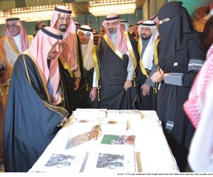 أمير الرياض يطلع على أعمال مركز الإغاثة