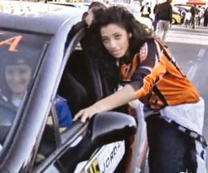 سائقات فلسطينيات يدهشن الجموع في العقبة