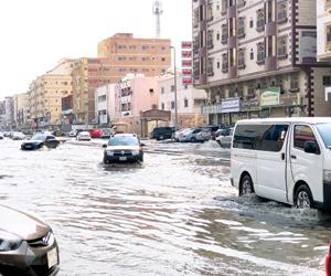 الأمطار تغرق شوارع المدن وتحتجز سيارات في الرياض